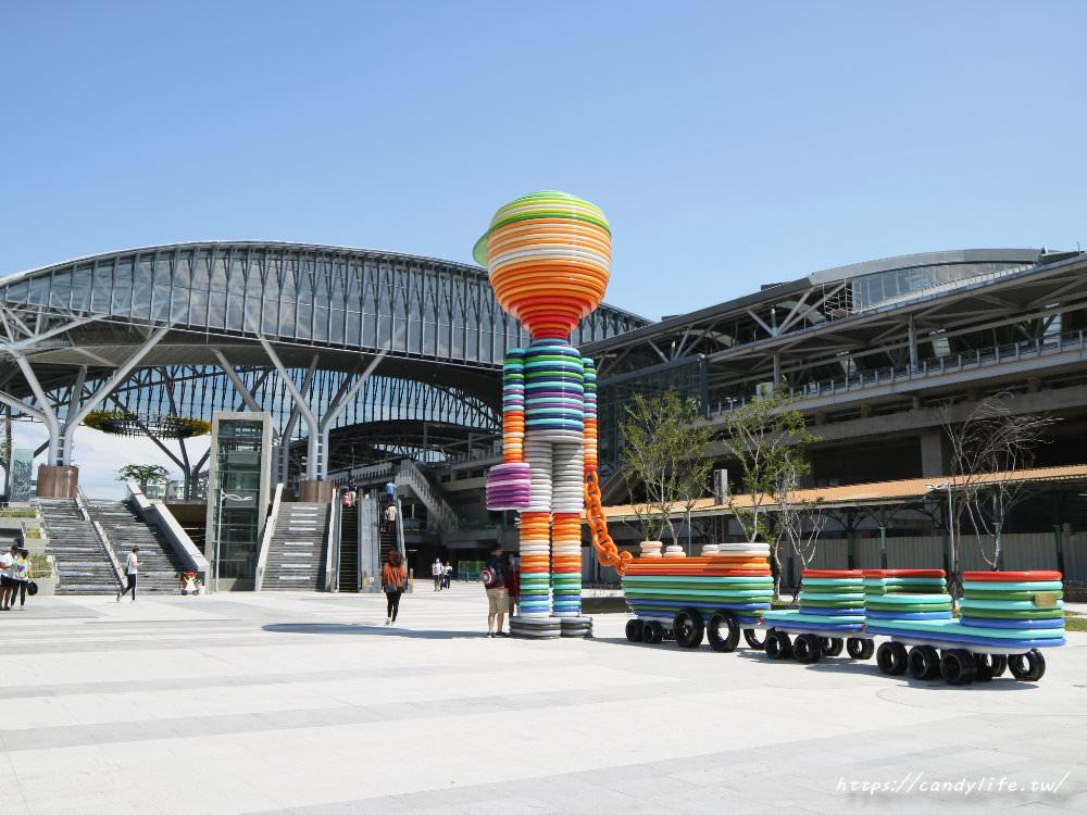 20181004141748 97 - 新台中火車站熱門打卡點!高八米半的期待旅行男孩,台中火車站前廣場也正式啟用囉~