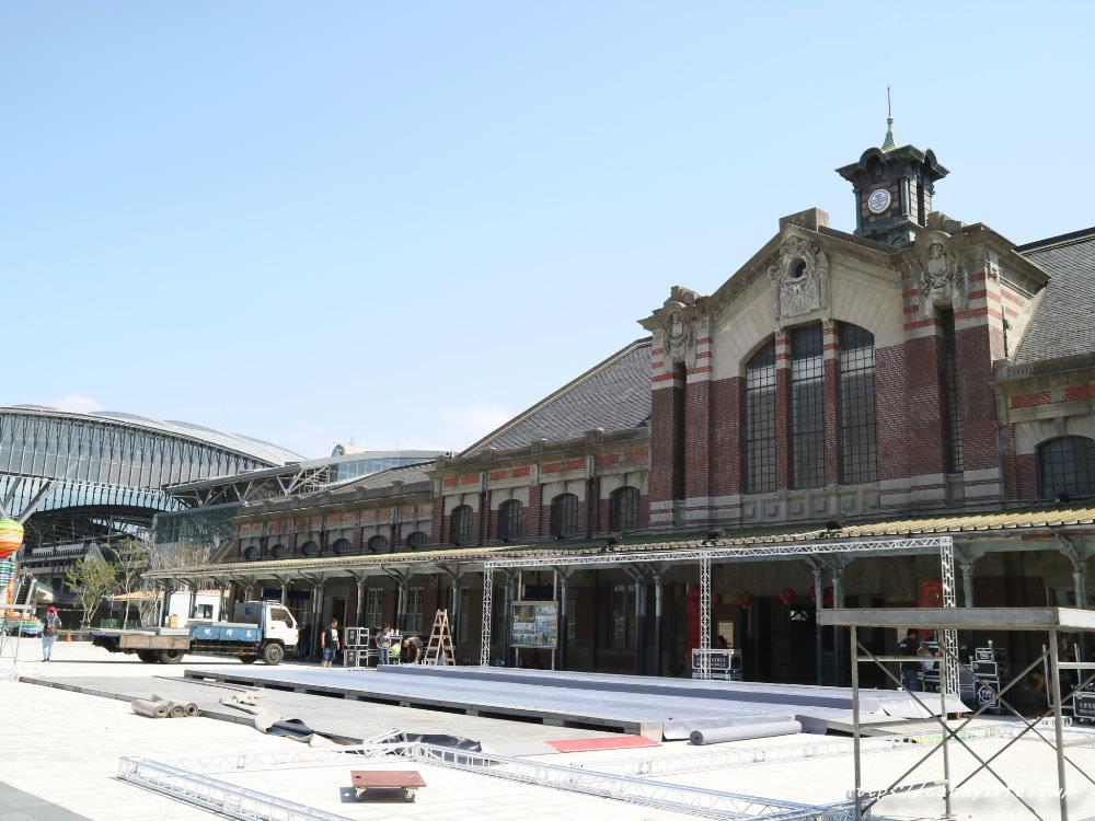 20181004141823 25 - 新台中火車站熱門打卡點!高八米半的期待旅行男孩,台中火車站前廣場也正式啟用囉~