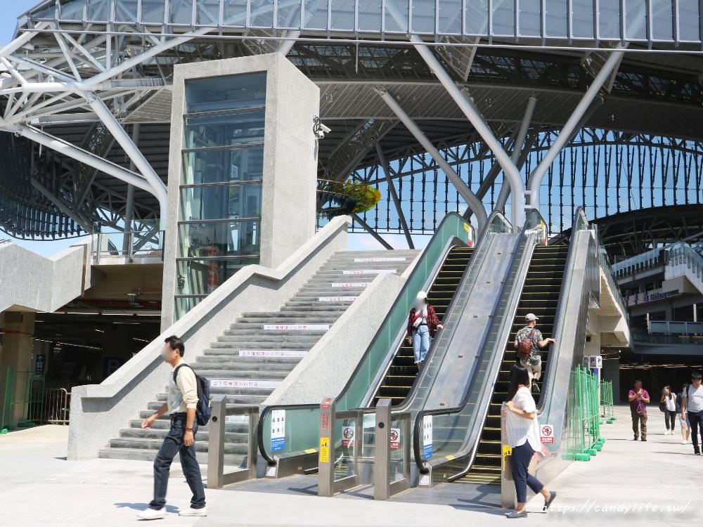 20181004141830 81 - 新台中火車站熱門打卡點!高八米半的期待旅行男孩,台中火車站前廣場也正式啟用囉~
