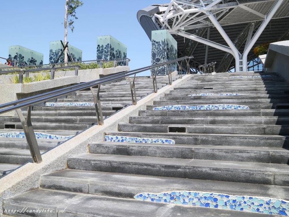 20181004141839 98 - 新台中火車站熱門打卡點!高八米半的期待旅行男孩,台中火車站前廣場也正式啟用囉~