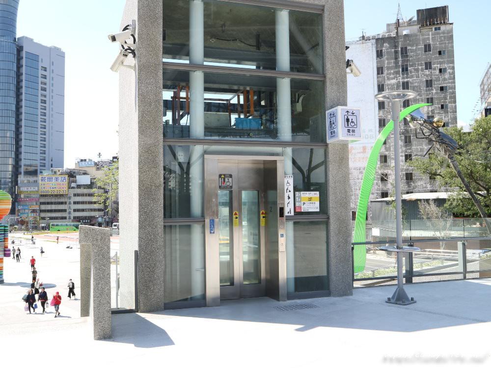 20181004141848 79 - 新台中火車站熱門打卡點!高八米半的期待旅行男孩,台中火車站前廣場也正式啟用囉~