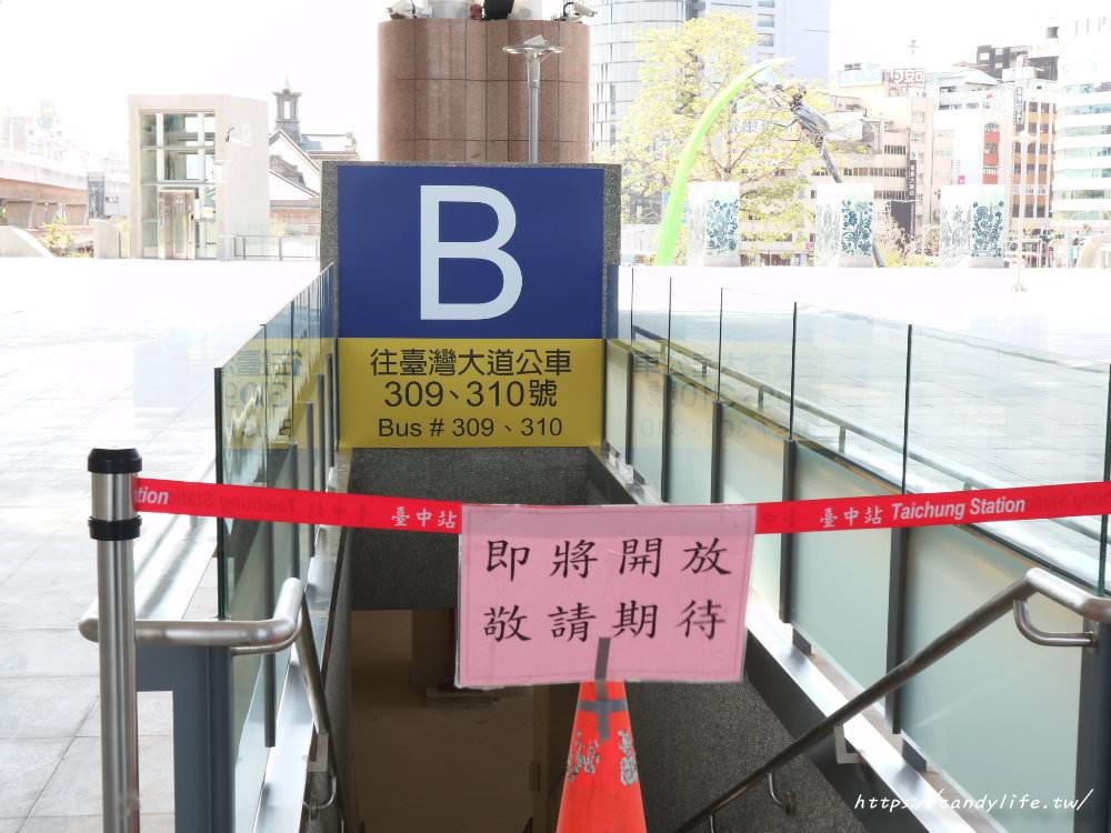 20181004141851 88 - 新台中火車站熱門打卡點!高八米半的期待旅行男孩,台中火車站前廣場也正式啟用囉~