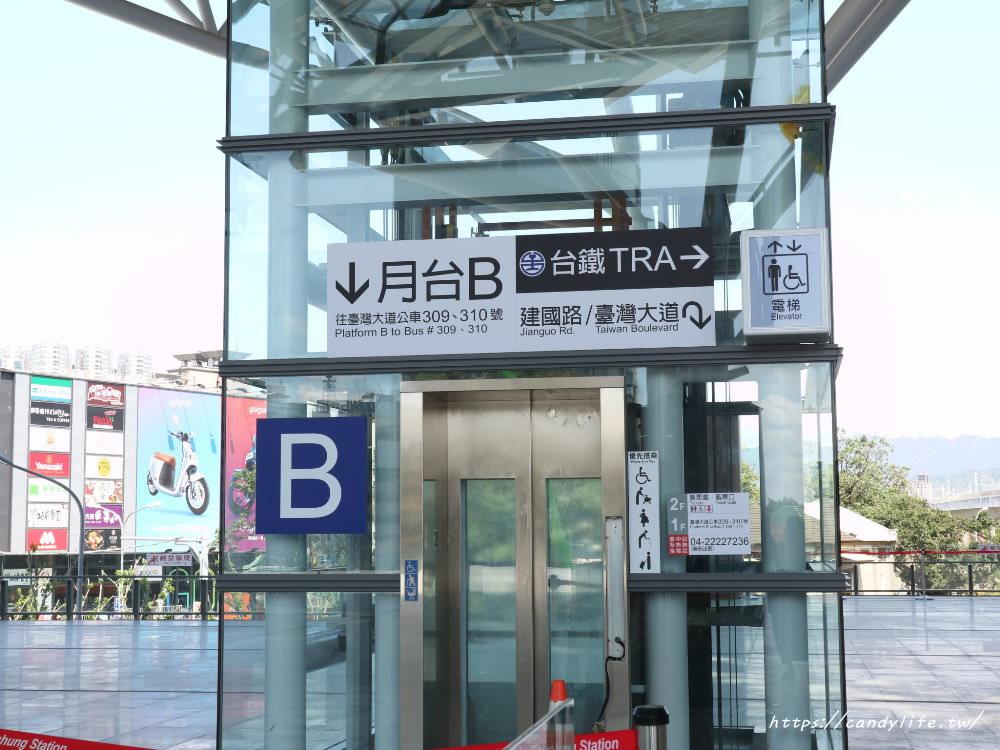 20181004141853 10 - 新台中火車站熱門打卡點!高八米半的期待旅行男孩,台中火車站前廣場也正式啟用囉~