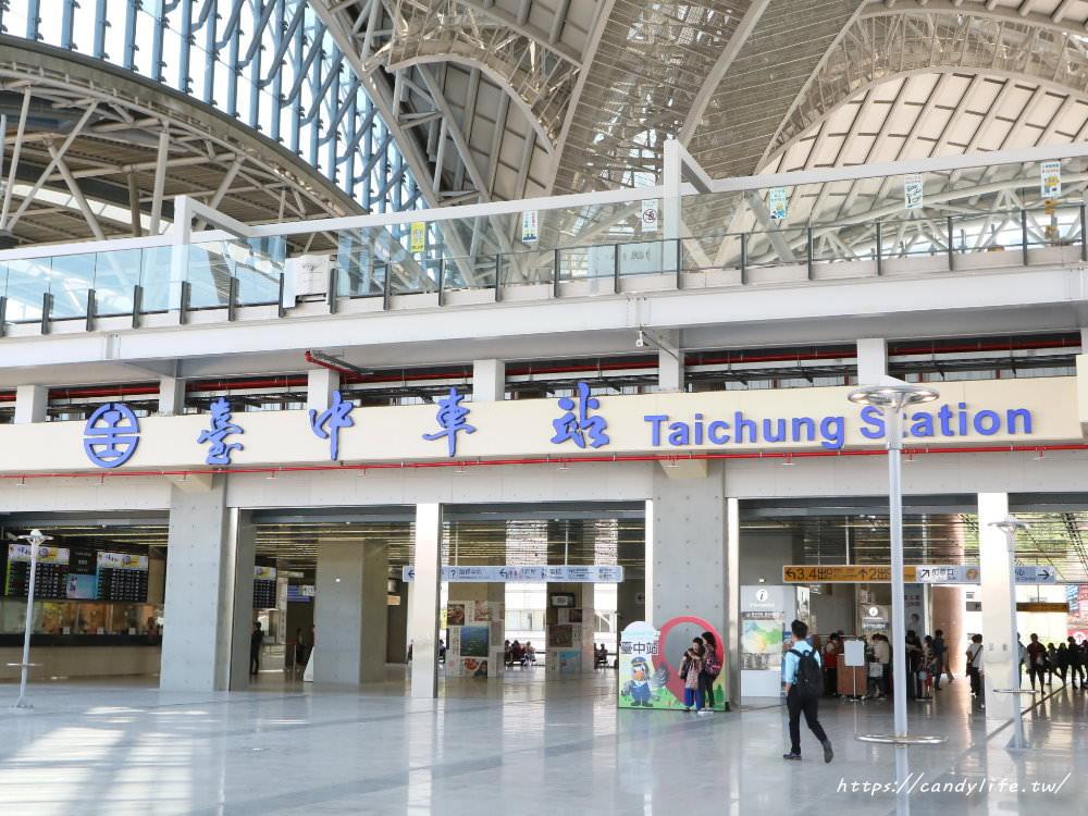 20181004141855 99 - 新台中火車站熱門打卡點!高八米半的期待旅行男孩,台中火車站前廣場也正式啟用囉~