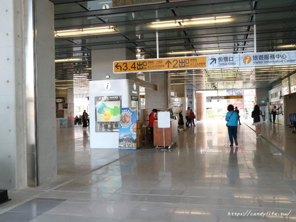 20181004141857 2 - 新台中火車站熱門打卡點!高八米半的期待旅行男孩,台中火車站前廣場也正式啟用囉~