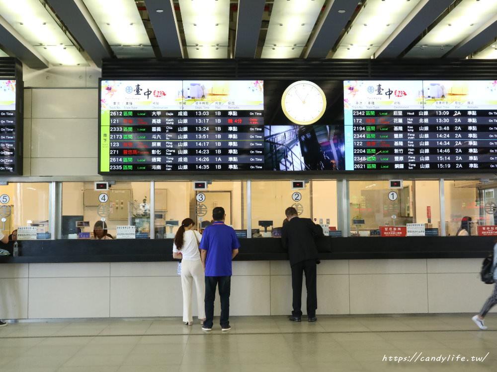 20181004141858 36 - 新台中火車站熱門打卡點!高八米半的期待旅行男孩,台中火車站前廣場也正式啟用囉~