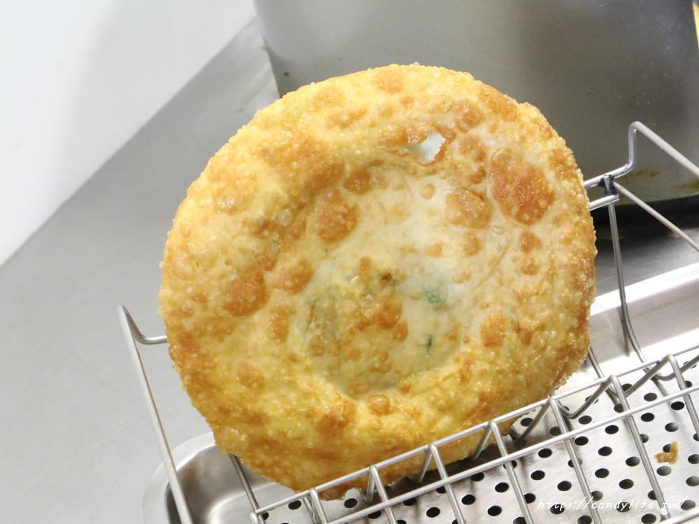 20181205222742 31 - 吃起來不油的蔥油餅,外酥內Q,裡頭滿滿的青蔥,還有內用座位區~