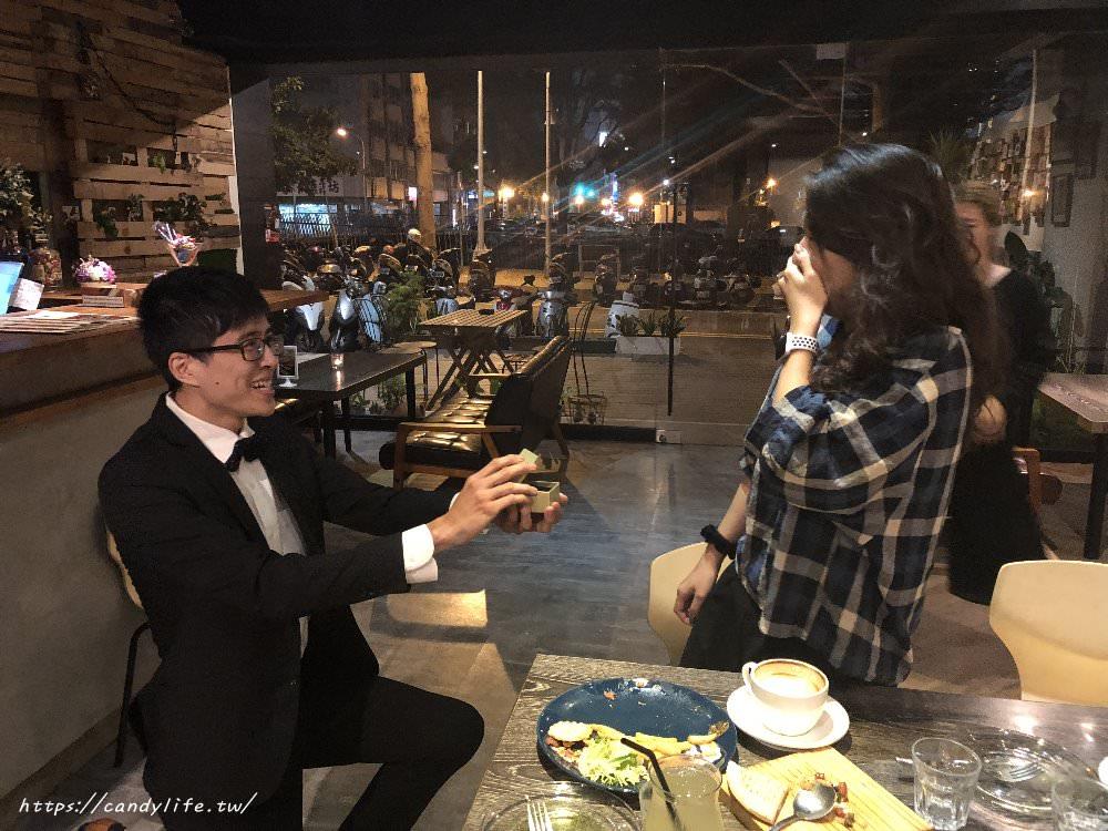 台中求婚餐廳推薦~燈光美氣氛佳,有投影布幕,餐點又好吃,就在Toastage 土司盛世,包場辦活動也超適合~