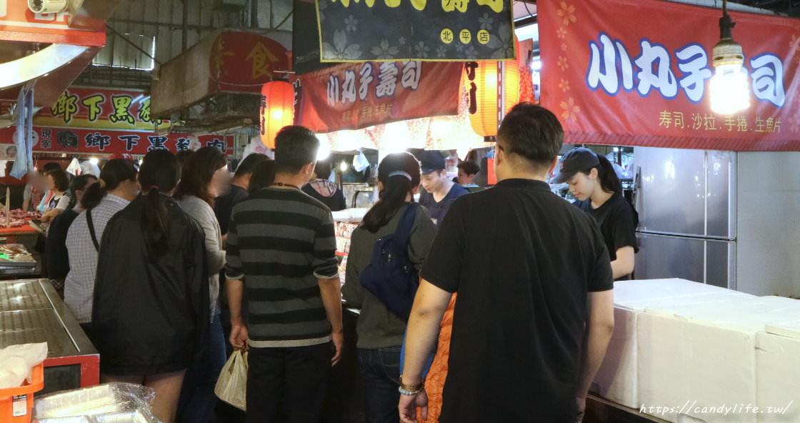 一開攤就被人潮圍攤啦!台中北平黃昏市場必吃隱藏版美食,軍艦壽司一個不到10元!